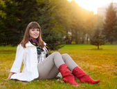 Casual beauty woman relax in evening park — Stockfoto