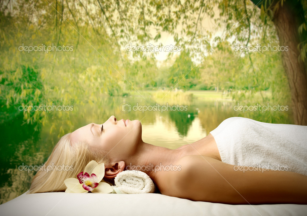 Beautiful woman relaxing during a beauty treatment — Stock Photo #4013416