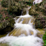 ποτάμι βουνό στο φθινόπωρο δάσος — Φωτογραφία Αρχείου
