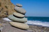 Equilibrato pietre sulla spiaggia del mare — Foto Stock
