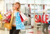Glad tjej efter lyckad shopping — Stockfoto