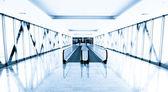 Corredor de cristal azul en el centro de la oficina — Foto de Stock