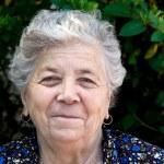 Portret van gelukkig senior vrouw — Stockfoto