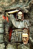 Esqueleto aterrador sosteniendo una cabeza humana decapitada — Foto de Stock