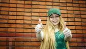 Lachende blonde duimen opdagen — Stockfoto