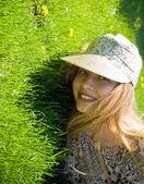 自然の中で幸せな若い女 — ストック写真