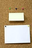 Lembrete e papel na placa de madeira — Fotografia Stock