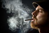 Homem barbudo fumando — Foto Stock