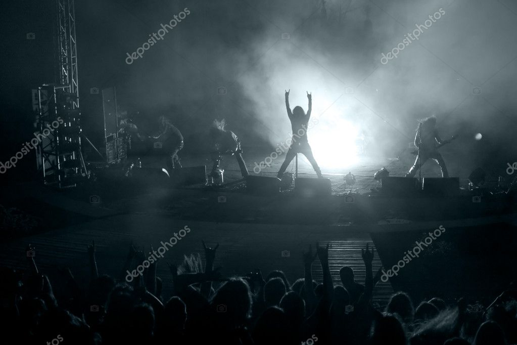 Concert: silhouette of rock singer in front of ecstatic crowd — Stock Photo #4942329