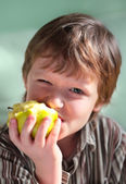The seven-year child eats an apple. — Stock Photo