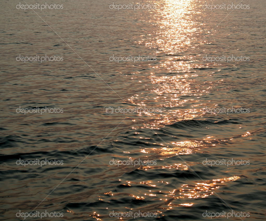 Waves shot at dusk with bright sun light simmering. — Stock Photo #4047014
