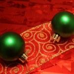 dwie zielone kule na wstążce — Zdjęcie stockowe #4082495