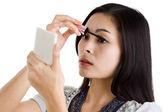 Jonge vrouw zetten zwarte mascara — Stockfoto