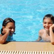Smiling children in swimming pool — Stockfoto