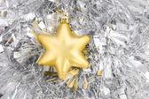 золотая звезда, новогоднее украшение на серебряные блестки — Стоковое фото