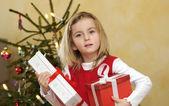 Noel hediye ile kız — Stok fotoğraf