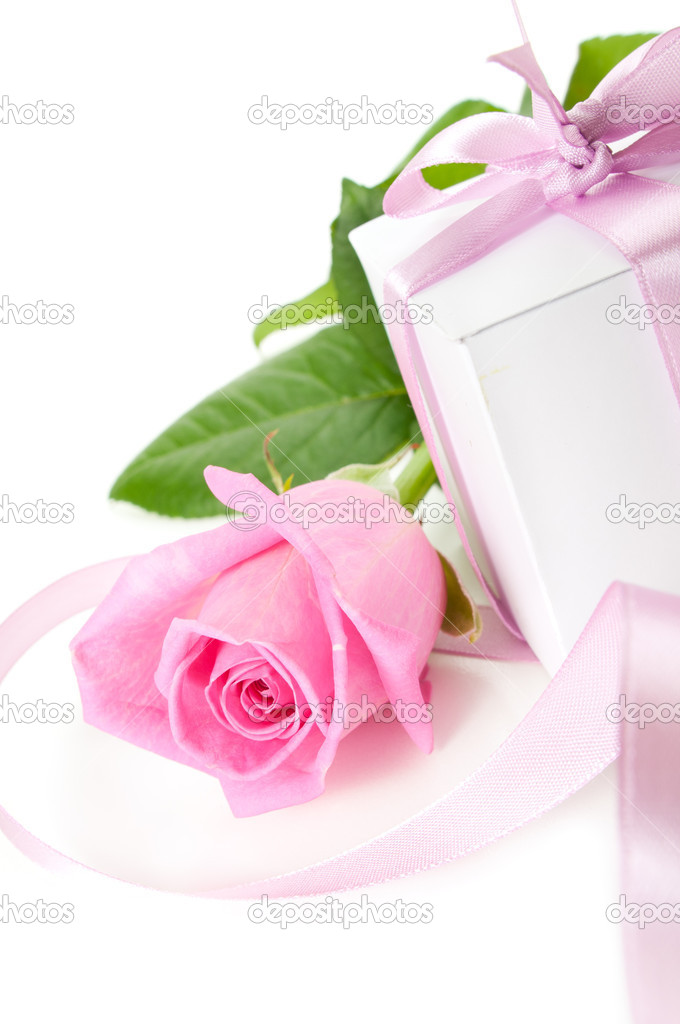 Pink rose with gift-box on white background — Stock Photo #4233052