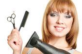 Mulher com tesoura, pente e secador de cabelo — Foto Stock