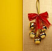 Vánoční zvonky na zlatém pozadí — Stock fotografie