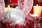 Srebrna piłka boże narodzenie i świece — Zdjęcie stockowe