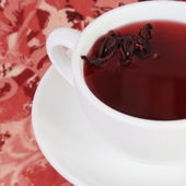 Red Tea with Petals — Stockfoto