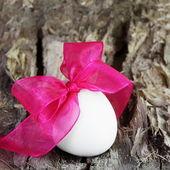 праздничное пасхальное яйцо на площади дерева карты — Стоковое фото