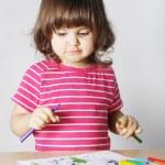 kleines Mädchen denken was zeichnen — Stockfoto