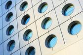 Finestre dell'edificio moderno tono in colore blu — Foto Stock