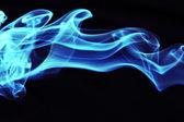 Stream von einem blauen rauch auf schwarzem hintergrund — Stockfoto