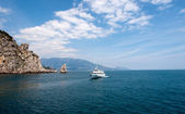 "The rock called ""sail"" with a boat near Yalta — Stock Photo"