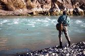 Pesca en el río de la montaña — Foto de Stock