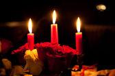 玫瑰和三根蜡烛 — Stockfoto