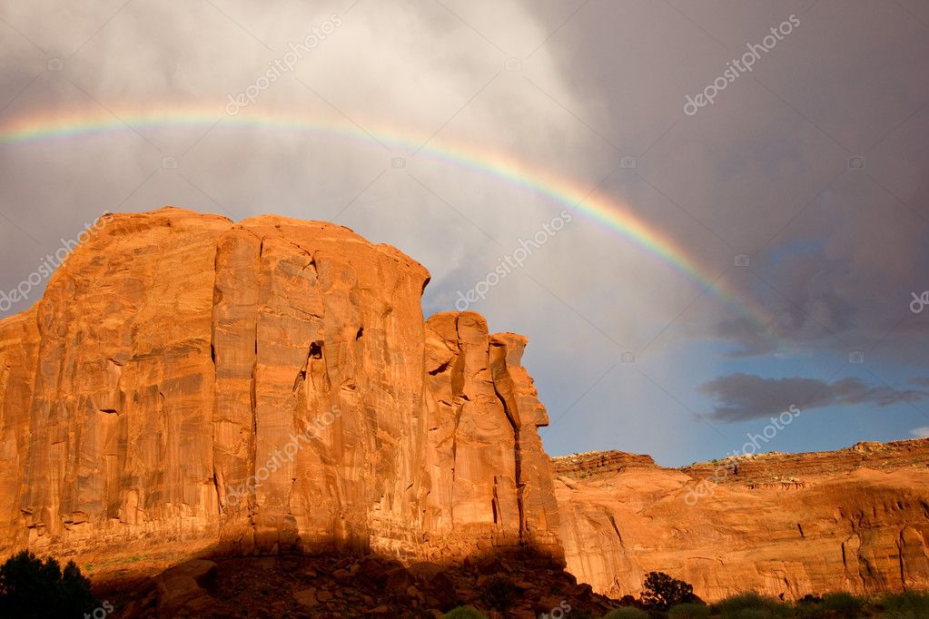 Rainbow arches above massive sandstone cliffs — Stock Photo #4921679
