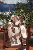 在椅子上温暖的毯子 — 图库照片