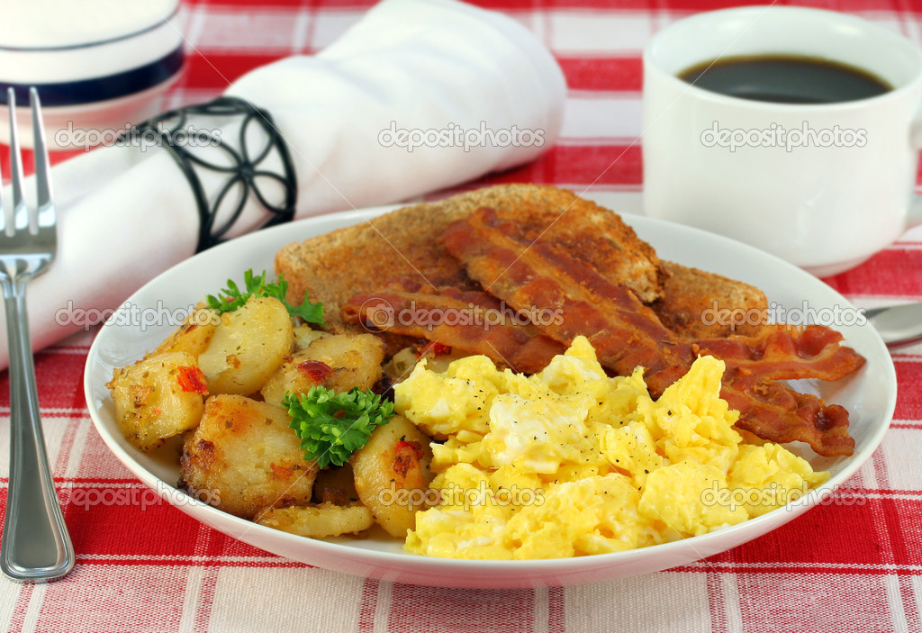 Eggs, home fries, bacon and toast for breakfast. — Stock Photo #4928783