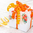 Foto Stock: Beautiful wrapped gift box with ribbons