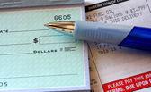 Stookolie wetsvoorstel met pen en gedeeltelijke controleren — Stockfoto