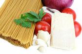 Pâtes de grains entiers et les ingrédients pour la sauce blanche. — Photo