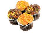 Hösten dekorerade choklad cupcakes på vitt med kopia utrymme. — Stockfoto