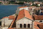 Les toits de la ville sur une journée d'été ensoleillée, porec, croatie — Photo