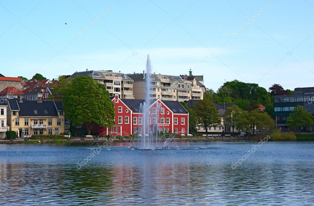 The Breiavatnet with fountain and buildings in the background in the center of Stavanger, Norway — Stock Photo #4265772