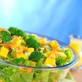 Broccoli-Mango-Carrot-Lettuce Salad — Stock Photo