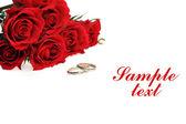 Anillo y rosas rojas — Foto de Stock