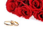 Red roses and ring — Stock Photo