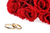 červené růže a prsten — Stock fotografie