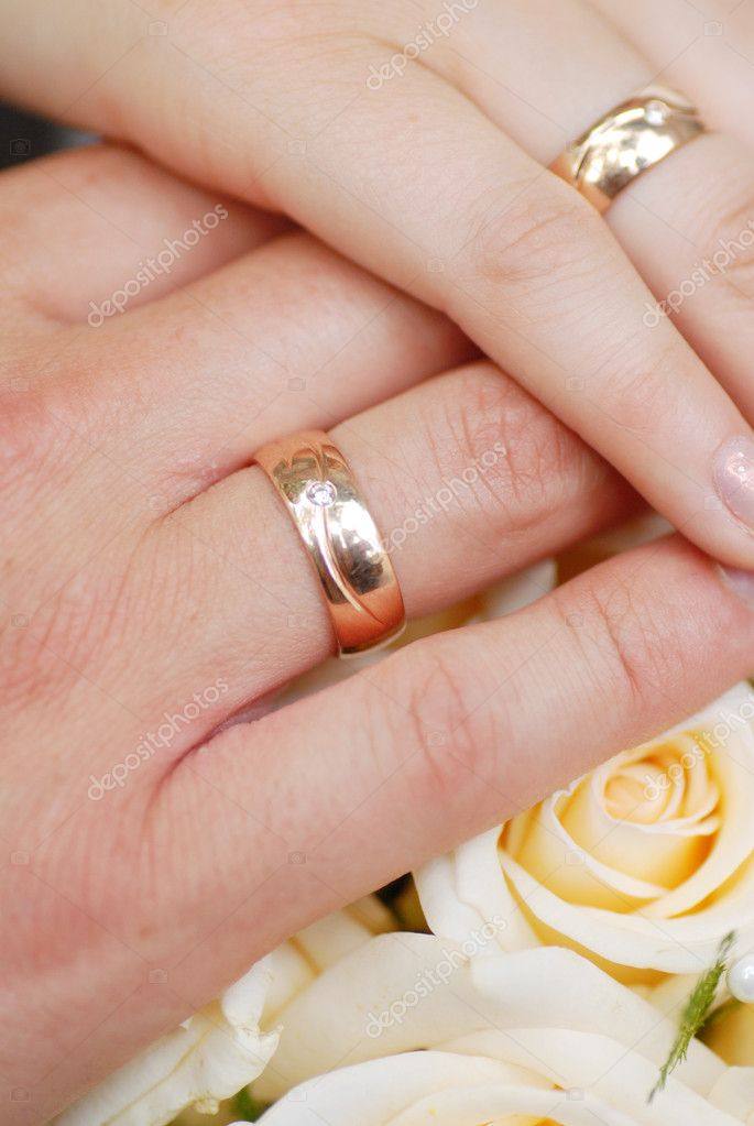 Wedding rings on fingers of  newly married couple — Stock Photo #5184179