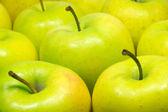 Smakelijk verse appelen geïsoleerd op witte close-up — Stockfoto