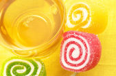 Colorful candy and tea — Stock fotografie