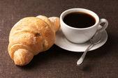 牛角面包和黑咖啡 — 图库照片