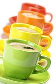 Kaffee in bunten bechern — Stockfoto